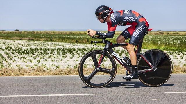 Велосипедист на спортивном байке