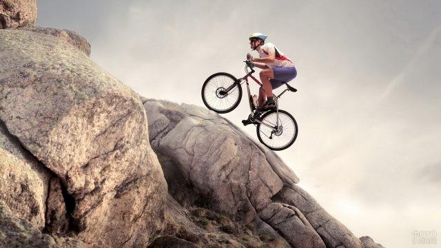 Велосипедист взбирается на гору