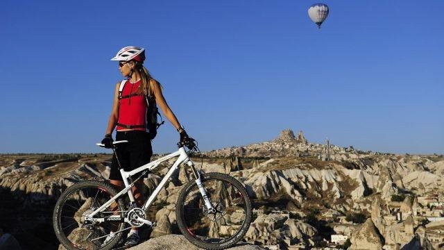 Воздушный шар за девушкой в горах