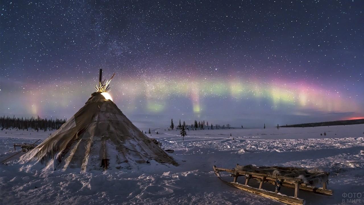 Звёздное небо и космос в картинках - Страница 39 Severnoe-sijanie-nad-chumom-v-tundre