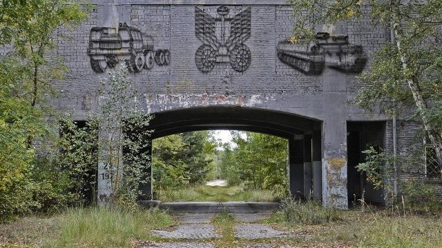 Дорога проходит через кирпичную арку