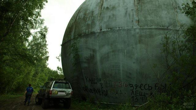Джип возле огромного шара из бетона