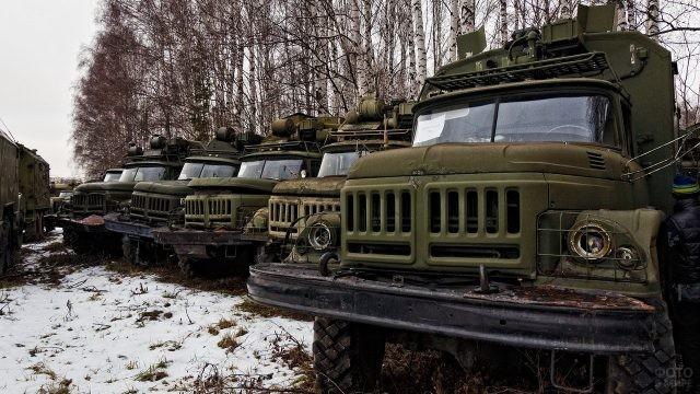 Кладбище военной техники среди берёз