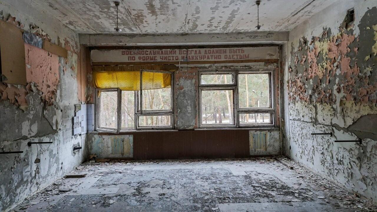 Окно в заброшенной комнате