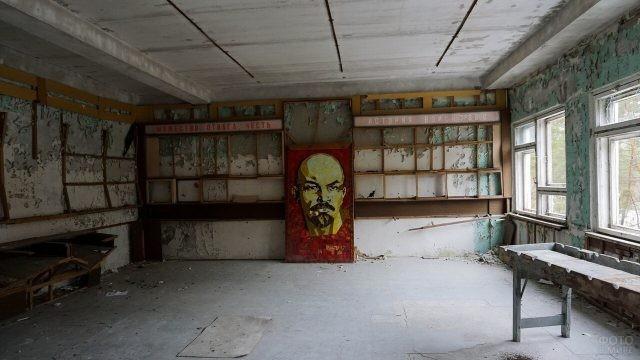 Портрет Ленина в комнате