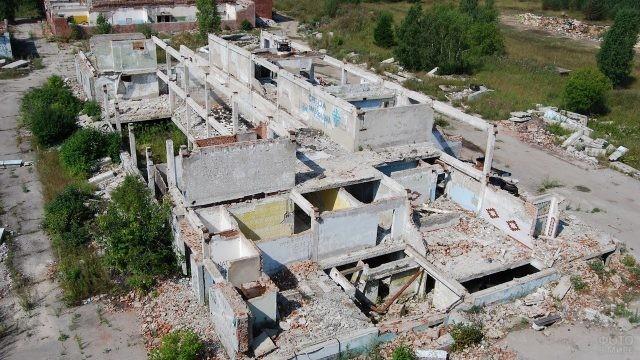 Руины заброшенного военного городка в Эстонии