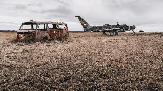 Ржавые самолёт и автобус в поле