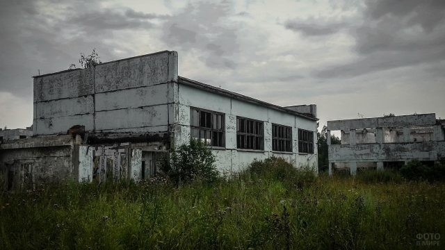 Заброшенный военный городок среди травы