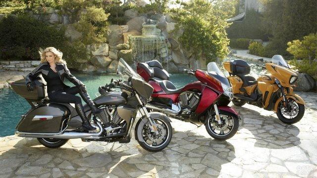 Блондинка и три мотоцикла у пруда