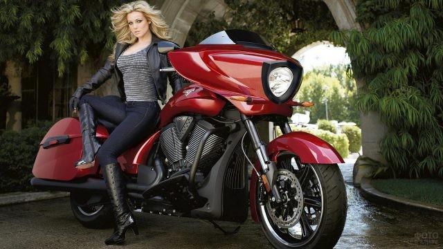 Блондинка на красном мотоцикле