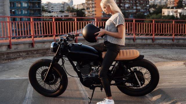 Блондинка надевает шлем
