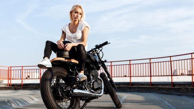 Блондинка сидит на мотоцикле