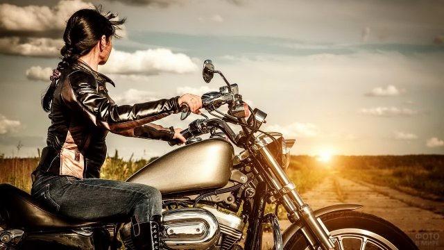 Брюнетка в кожаной куртке на мотоцикле