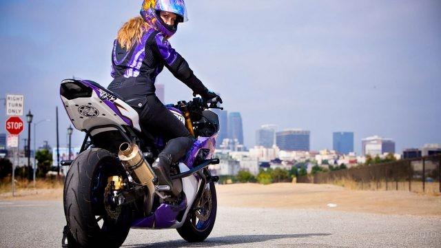 Девушка на мотоцикле обернулась