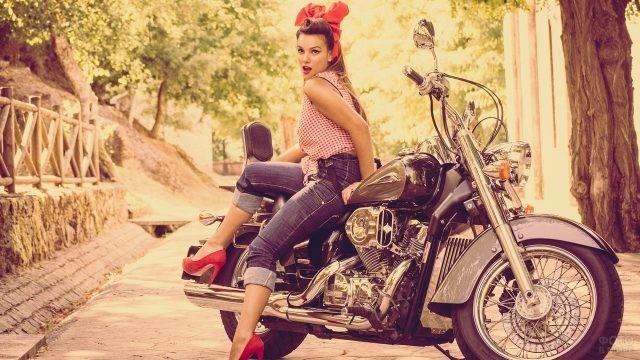 Девушка с бантом на мотоцикле