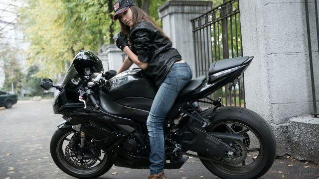 Девушка в кепке на мотоцикле