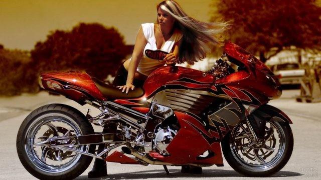 Длинноволосая девушка возле мотоцикла