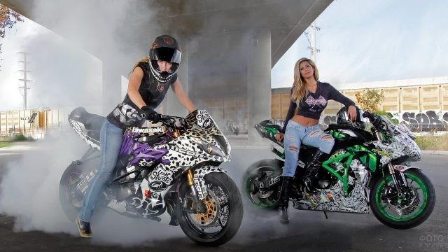 Две мотоциклистки под мостом