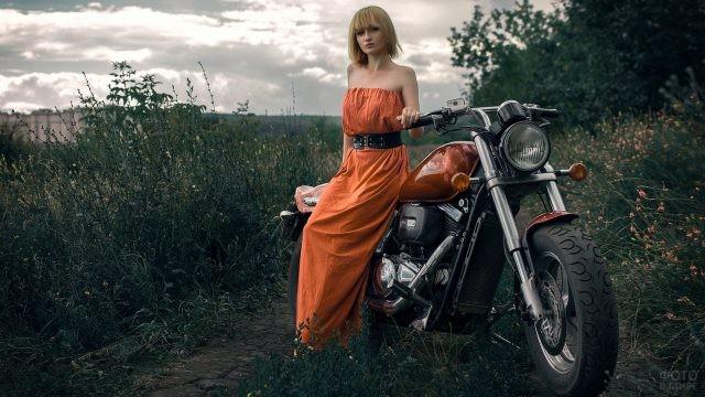 Коротковолосая девушка возле мотоцикла