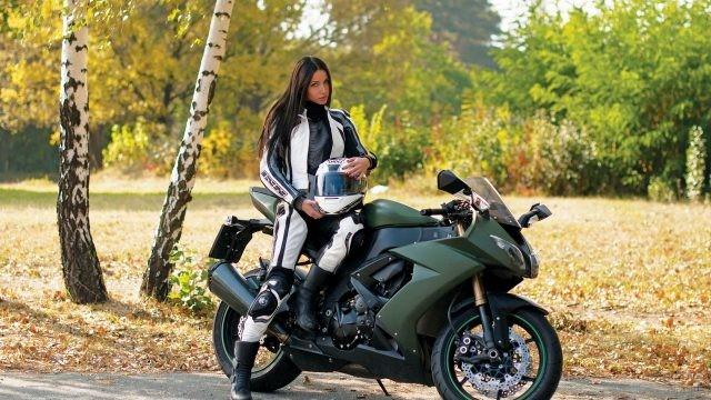 Мотоциклистка на природе