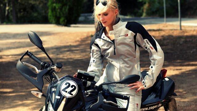 Профессиональная мотоциклистка на природе