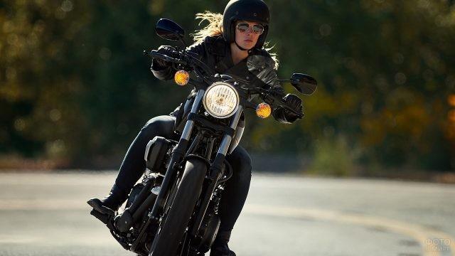 Смелая девушка едет на мотоцикле