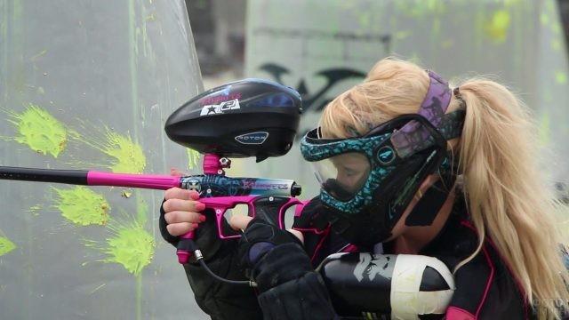 Блондинка с розовым маркером