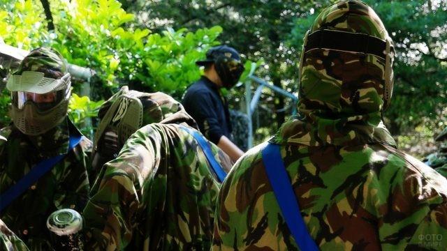 Игроки одной команды в лесу