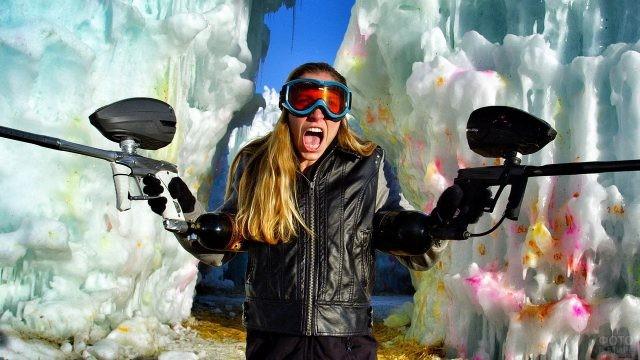Яростная девушка на фоне льдин