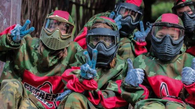 Команда детей в шлемах