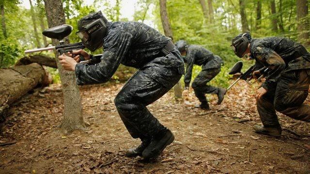 Люди в военной форме в лесу