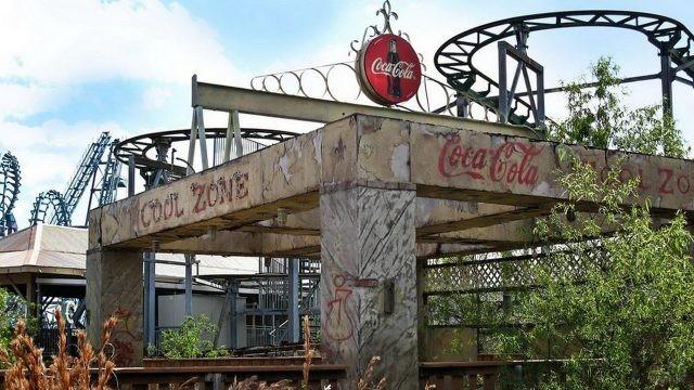 Реклама Кока-Колы на старом сооружении