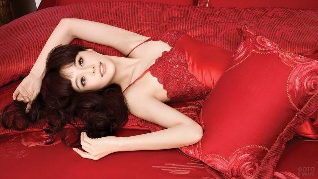 Азиатка на красной постели