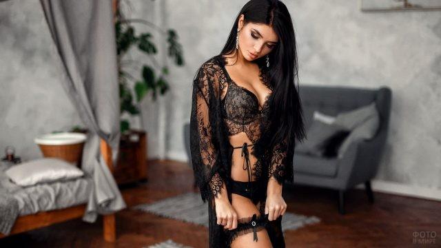 Чёрный ажурный наряд на девушке