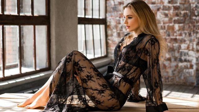 Русая девушка в ажурном халате