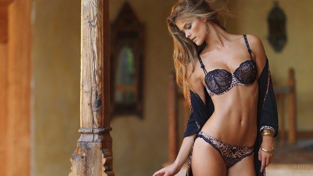 Русая девушка в красивом белье и пеньюаре
