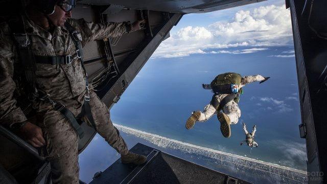 Десантники прыгают с самолёта