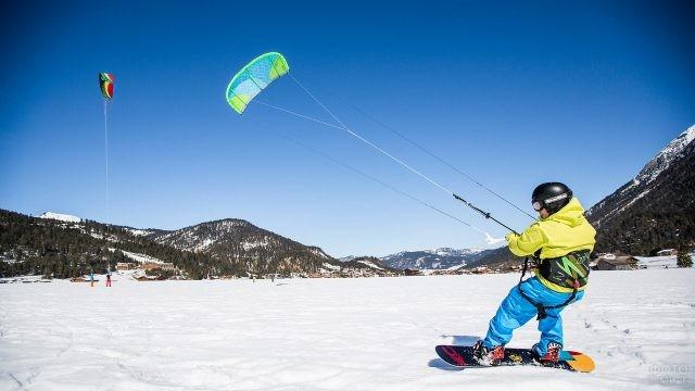 Кайтинг сноубордиста в горах