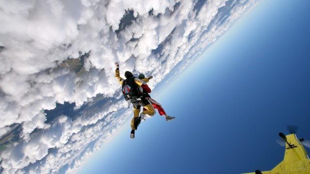 Люди летят в тандеме в небе