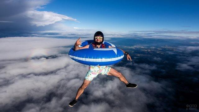 Мужчина в спасательном круге в воздухе