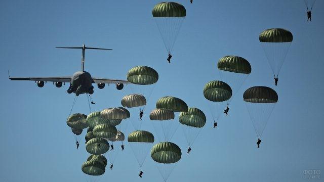 Парашютный батальон в небе