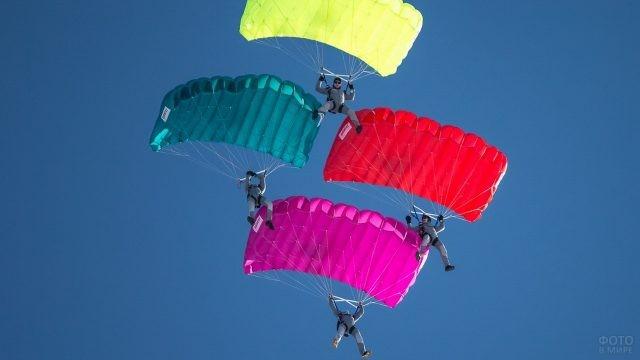 Построение из парашютов разного цвета