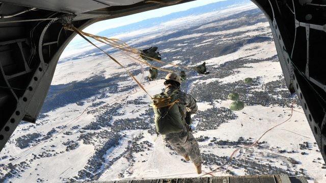 Солдаты выпрыгивают с самолёта