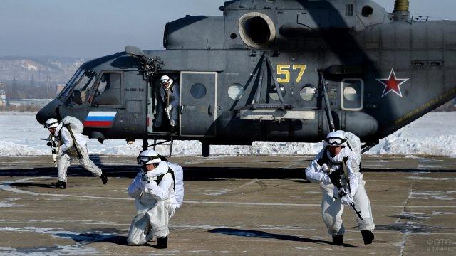 Учения десантников у вертолёта