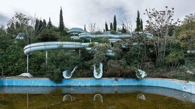 Горки у бассейна в заброшенном парке