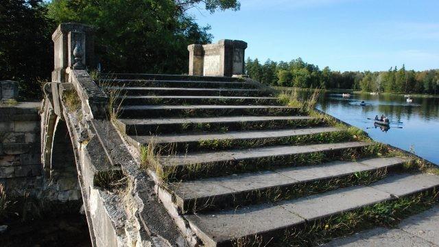 Лестница на мосту через водоём