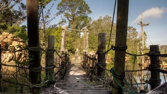 Пешеходный мост в заброшенном парке