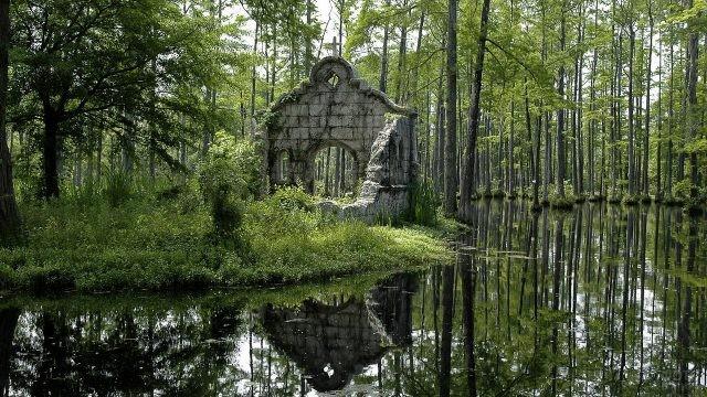 Руины каменного сооружения у водоёма