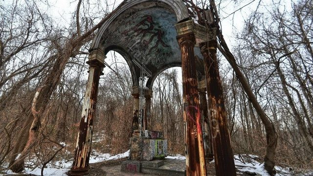 Старая арка посреди леса