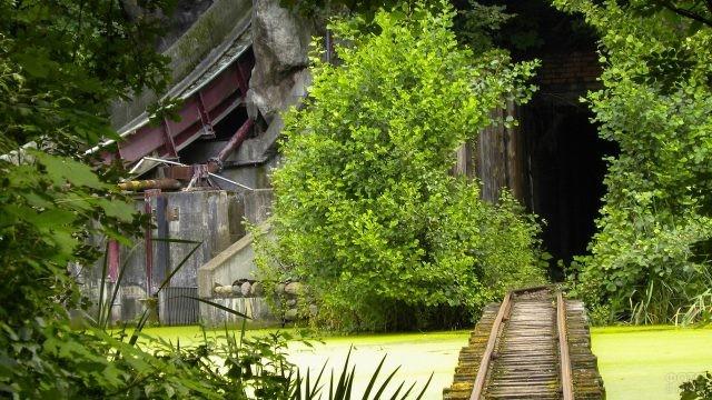 Старые рельсы ведут в сооружение